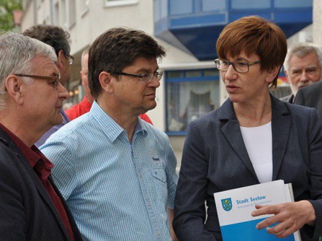 Kathrin Schneider, Ministerin für Infrastruktur und Landesplanung, Herr Krüger, stellvertretender Bürgermeister der Stadt Seelow, Herr Schröder, Bürgermeister der Stadt Seelow (v.r.)
