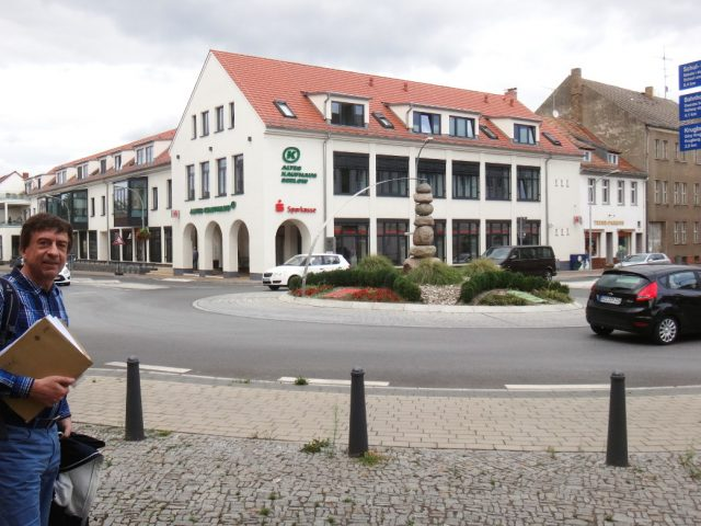 Dr. Uwe Schieferdecker vor dem Kaufhaus Seelow