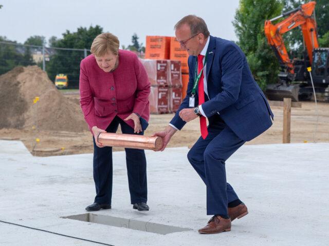 Bundeskanzlerin Angela Merkel und Templins Bürgermeister Detlef Tabbert bei der Grundsteinlegung (Foto: Stadt Templin)